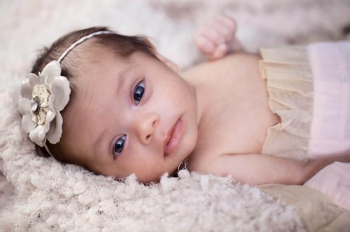 preciosa bebe con ojos negros