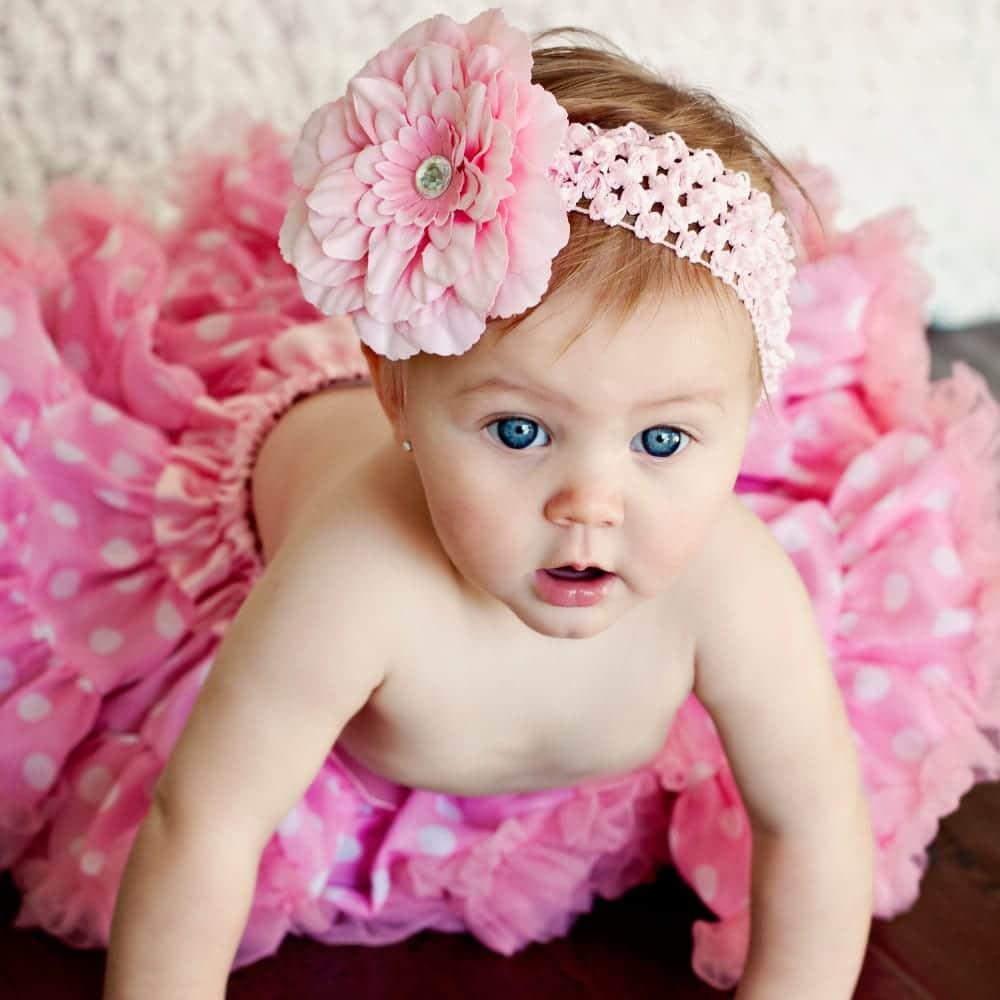 preciosa bebe con falda rosa