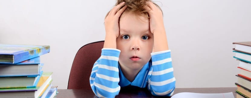 pequeño niño estresado