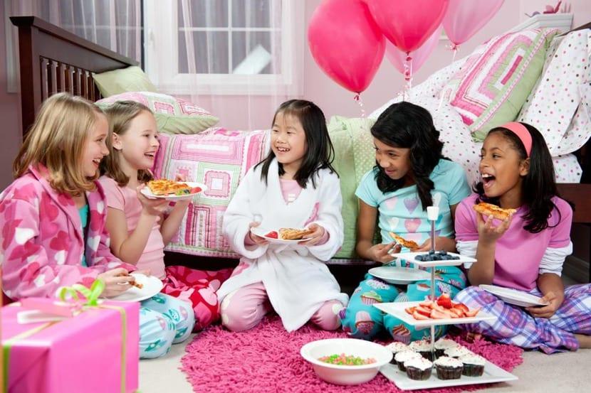 fiesta de pijamas cenando pizza