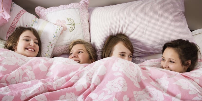 fiesta de pijamas en la cama