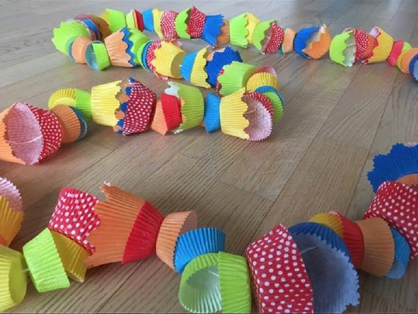 Guirnalda infantil hecha con moldes para cupcakes