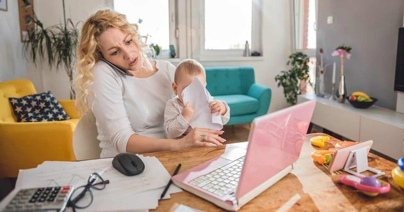 Madre con su bebé trabajando