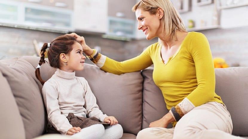 Madre hablando con su hija