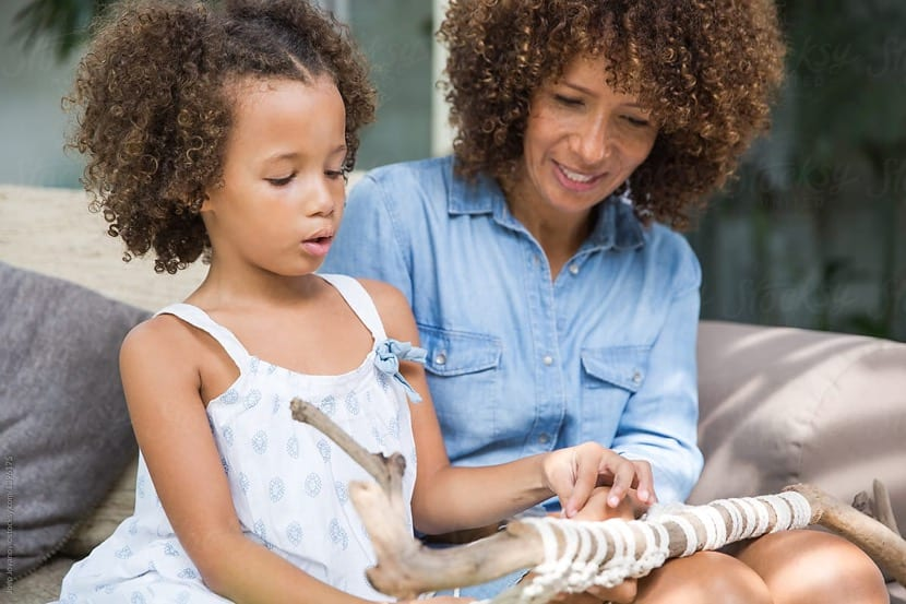 madre e hija disfrutando juntas