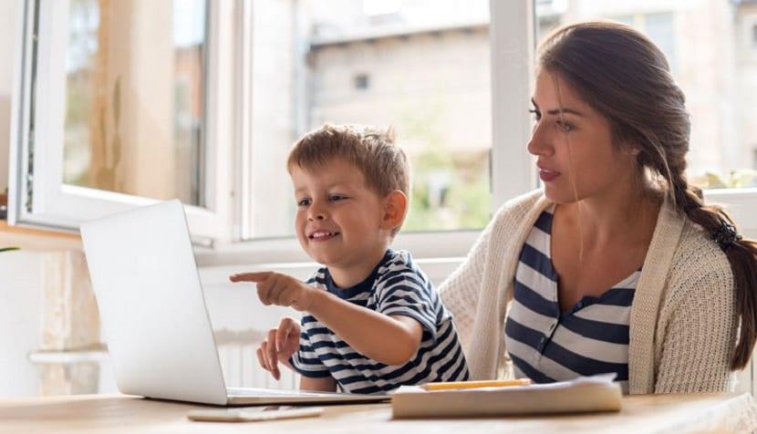 Madre enseña a su hijo a usar Internet