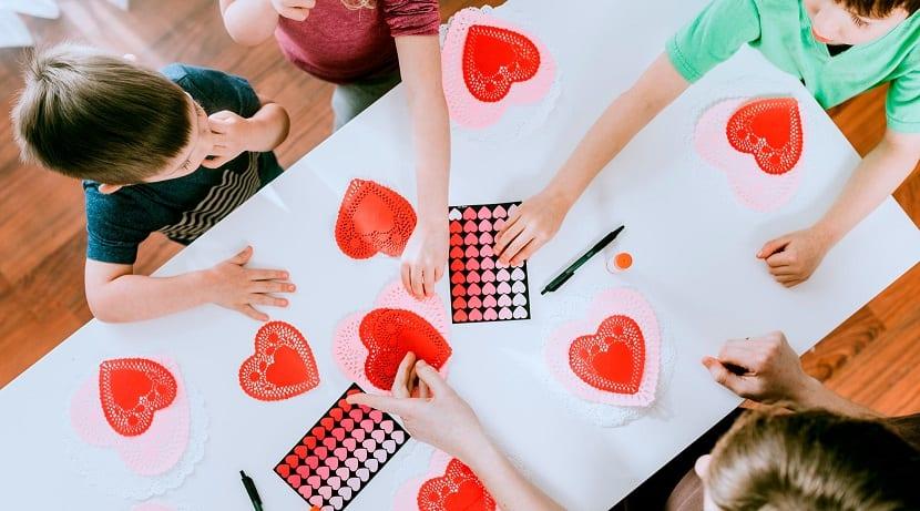 Niños haciendo manualidades de San Valentín
