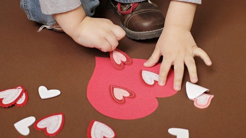 Niño fabrica un regalo de San Valentín para sus padres.