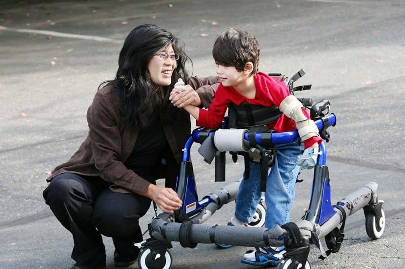 madre con su hijo con discapacidad