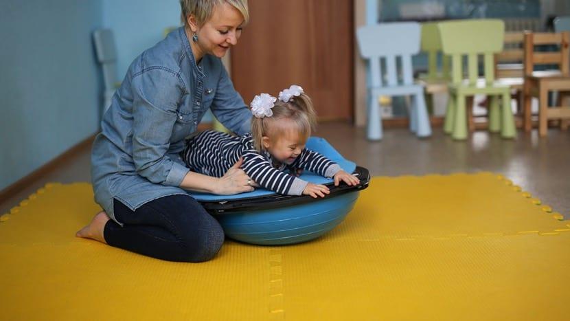 madre estimulando a su hija con discapacidad