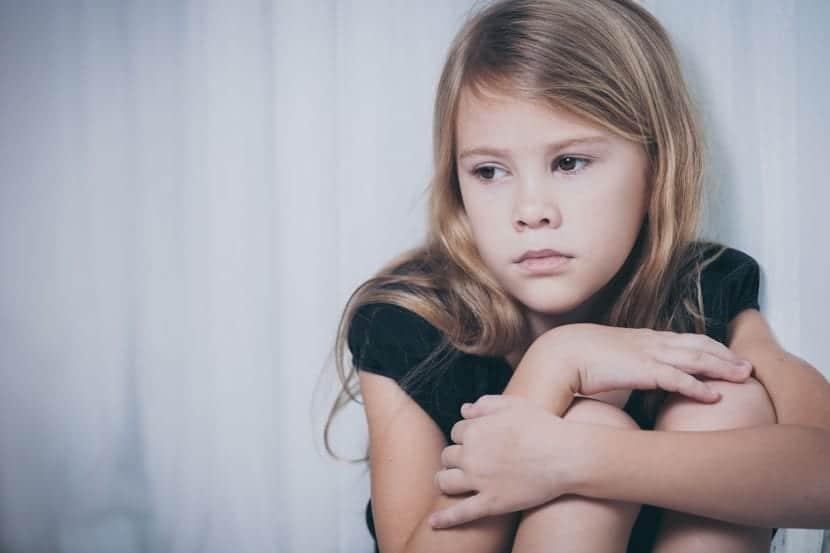 pequeña niña estresada