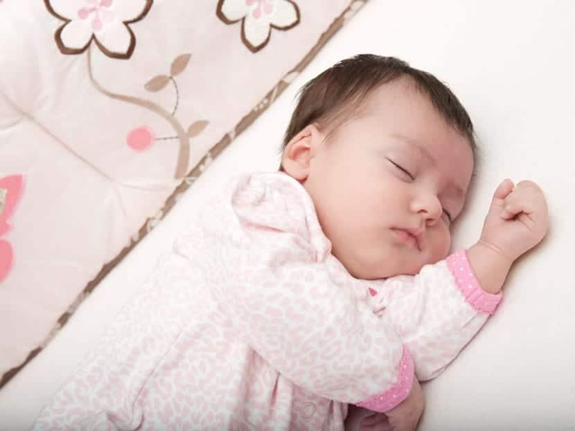 nena durmiendo en su cuna