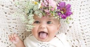 nena bonita con flores