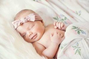 preciosa bebe que sonrie mientras duerme