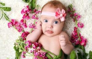 nena bonita envuelta de flores