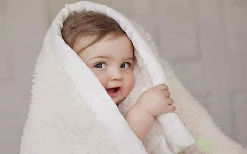 preciosa nena con toalla
