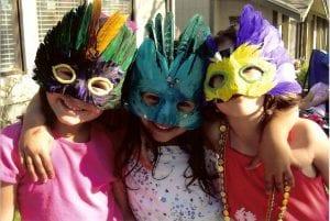 Niñas con una máscara de Carnaval