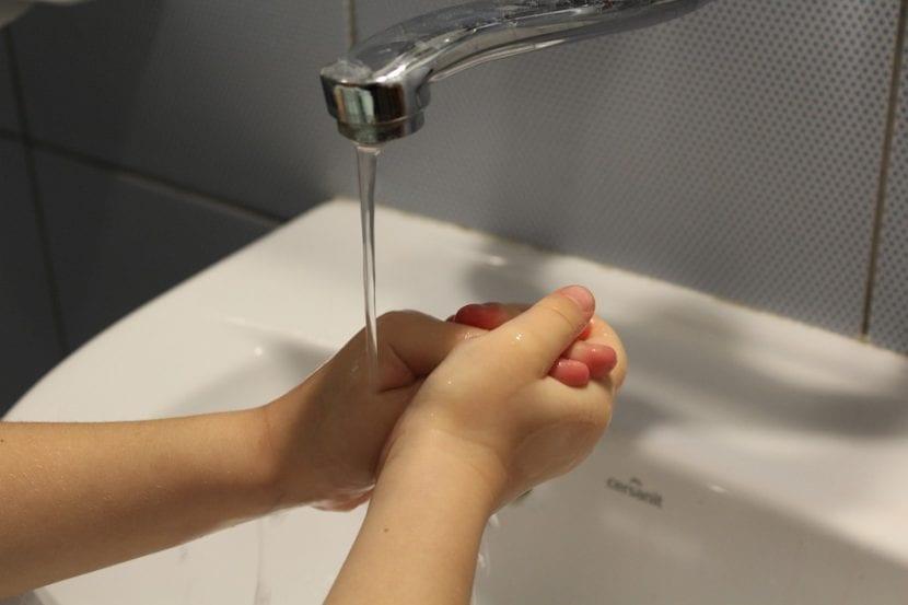 Una niña con TOC lava sus manos un número de veces como ritual.