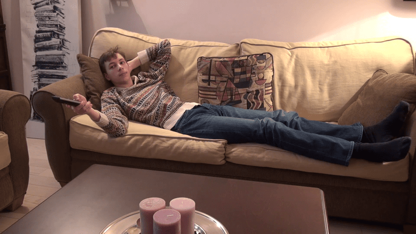 chico perezoso en el sofa