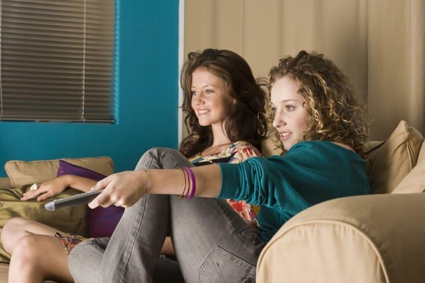 chicas perdiendo el tiempo viendo la tele