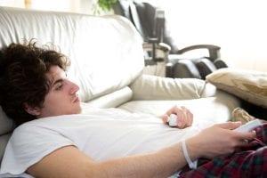 chico procrastinador en el sofa