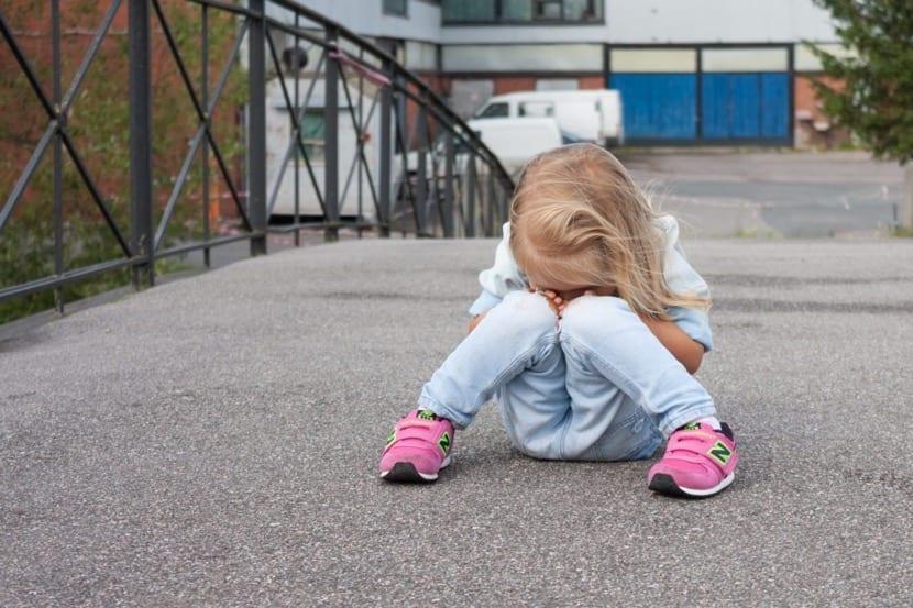 niña triste porque se siente mal
