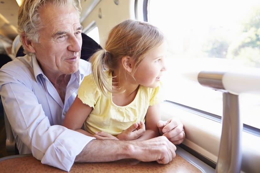 abuelo separado viajando con nieta
