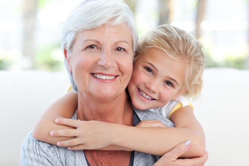 abuela feliz separada y con nieta