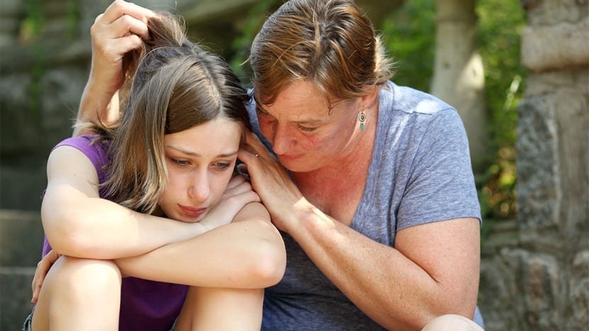 madre que apoya a su hija con acoso sexual