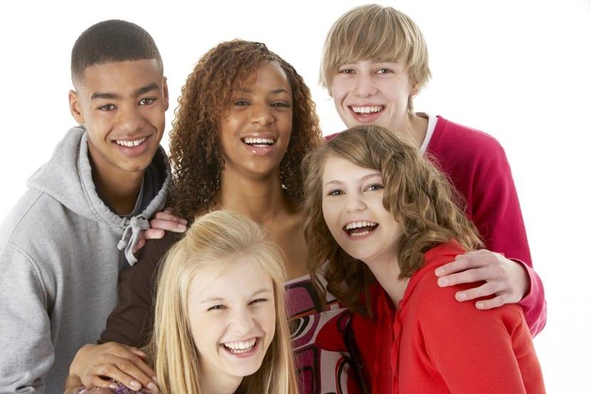 amigos adolescentes riendo