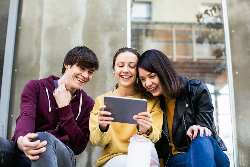 adolescentes disfrutando del tiempo juntos
