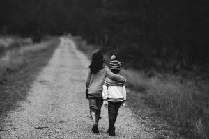 Dos hermanos pasean contándose confidencias y apoyándose.