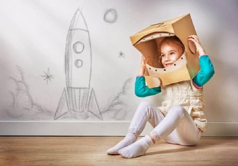 Disfraz de astronauta con una caja de cartón