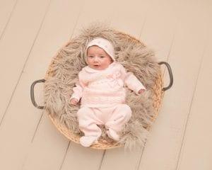 bebe preciosa en cesto