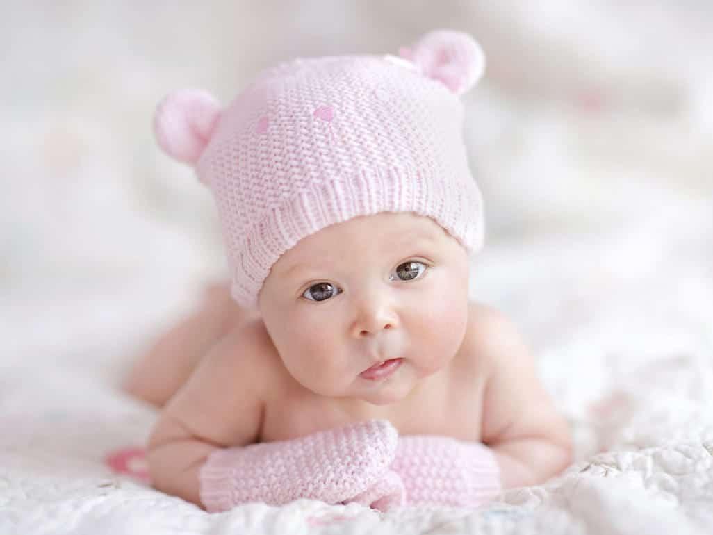 preciosa bebe con gorrito rosa