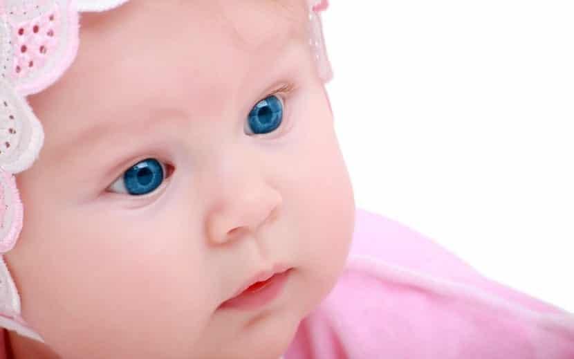 bonita bebe con ojos azules