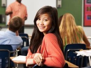 chica contenta en clase