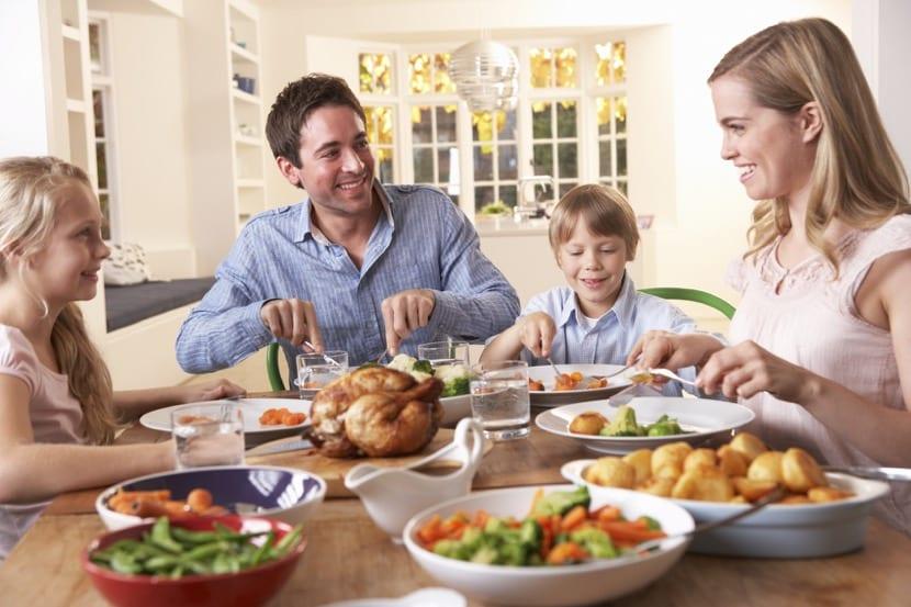la familia comiendo juntos