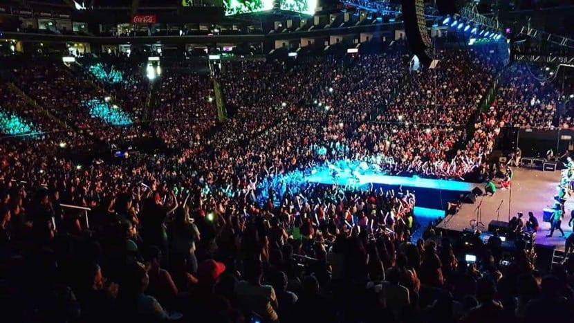 concierto masivo lleno de gente