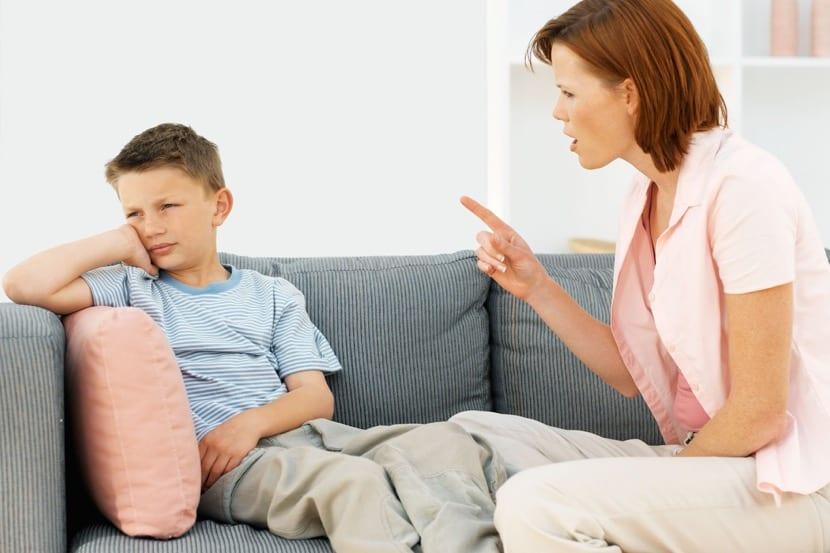 madre disciplinando a su hijo