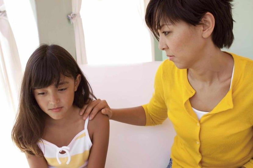 madre que disciplina a su hija