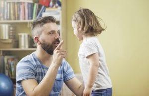 padre que disciplina a su hija