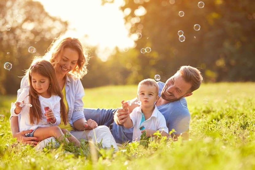 familia feliz en el campo