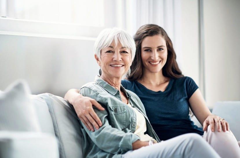 madre con hija adulta que vive en casa