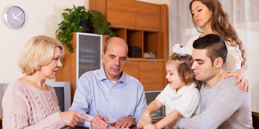 hijo con familia viviendo en casa de los padres