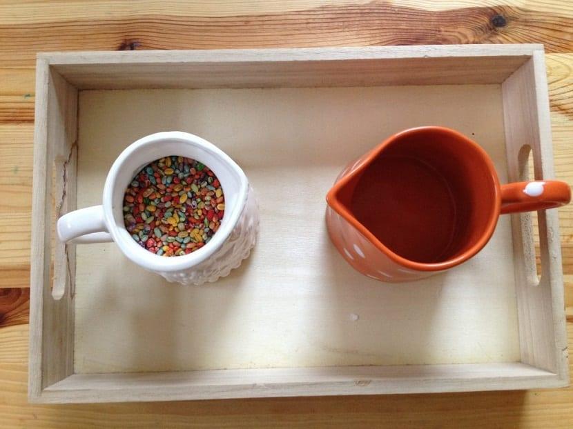 Juego Montessori, volcar con una jarra