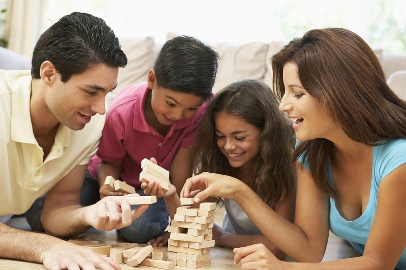 Familia con niños jugando