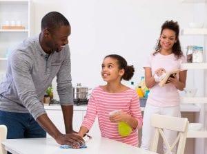 Limpiar el hogar en familia