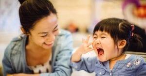Madre e hija riendo felices