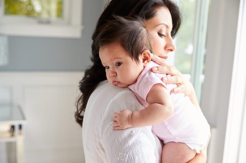 madre con amor por su bebe